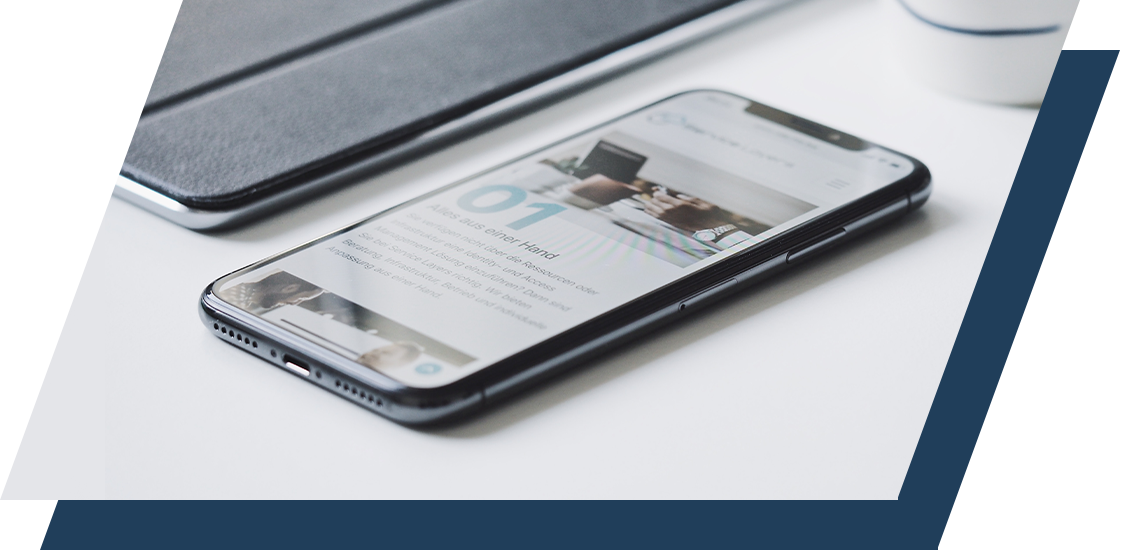 Neuwagen Teaser - Smartphone auf dem Tisch mit Website auf