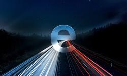 Elektromobilität Teaser - E über einer Autobahn - Langzeitbelichtungsbild